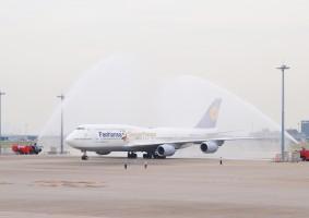 羽田空港で歓迎放水を受けるルフトハンザB747-8 特別塗装機 (LUFTHANSA)
