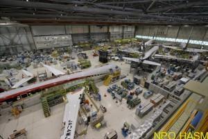 最終組立格納庫内で作業中のMRJ飛行試験機(手前から4号機、3号機、初号機、2号機)