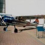 セスナ195(JA3007 )(成田航空科学博物館) 戦後航空再開(1952年(昭和27年))後、各新聞社が相次いで輸入した機体。星型エンジン、地上前方視界に難があったようだが、上空ではパワーに余裕があり、無理の利く使い勝手の良い機体であったようだ。