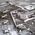 1965年(昭和40年)頃のターミナル全景 手前からコンベアー440、ビッカース・バイカウント、ダグラスDC-6B(-7C?)、コンベアー880、ボーイングB707などが写っています。