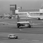 全日空のYS-11と日本航空のダグラスDC-8 1972年(昭和47年)。(今)