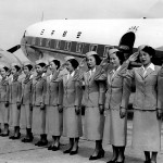 日本航空のダグラスDC-3「金星号」とスチワーデス1期生 1951年(昭和26年)。バックの機体はフィリピン航空からチャーターしたDC-3「金星号」(JALアーカイブス)。