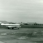 全日空の新鋭機ビッカース・バイカウント 当時の整備地区の様子がよく分かる。向こうにあるジェット機はコンベアー880、ハンガーから尾翼が見えるのがフォッカーF-27フレンドシップ、野外にデ・ハビランドDH114ヘロン?とコンベアー240?が見える。1965年(昭和40年)頃。(清)