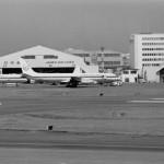 日本航空のダグラスDC-8と羽田格納庫 1972年(昭和47年)。(今)