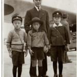飯沼飛行士とともに 写真提供者:矢嶋弘太郎氏(航空写真愛好家)の話 1939年(昭和14年)11月23日(新嘗祭)父と共に羽田空港へハイキングに行き、飯沼飛行士とともに写真を写して貰いました。写真左が当時小学2年生の私です。