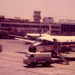 日本国内航空のYS-11 1970年(昭和45年)頃のターミナルビル、管制塔などの様子が分かる。(坂)
