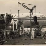整備中の日本航空のDC-4 JAMCO(日本航空整備、後に日本航空と合併)にて整備中のDC-4。1955年(昭和30年)頃。(坂)