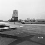 日本航空のダグラスDC-7Cの尾部 あちら側が整備地区。(森)