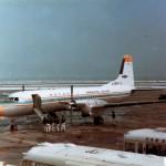 航空大学校のYS-11 雪の日の羽田風景。1973~75年(昭和48~50年)頃。(小)
