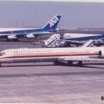日本エアシステムのダグラスDC-9-81 あちら側は全日空のボーイングB747、B767。1993年(平成5年)頃。(藤)