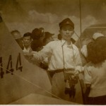 ターミナルビル落成記念航空祭 当時の大学生はよく角帽を被っていた。機体はスチンソンL-5連絡機。(清)