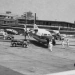 全日空のフォッカーF-27フレンドシップ 後ろの建物は(当時の)郵便局。1965年(昭和40年)頃。(森)