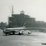 スイス航空のコンベアCV-990 バックは1964年(昭和39年)の東京オリンピックに間に合わせるよう急ピッチで建設が進められているターミナルと管制塔。1962,3年(昭和37,38年)。(小)