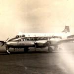 日ペリ航空のデ・ハビランドDH.114ヘロン  250HP倒立エンジン4発・固定脚の小型旅客機。日ペリ航空が近距離路線に使用していた。1965年(昭和35年)代中ごろ。(坂)