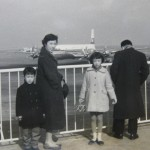 日本航空のダグラスDC-7C 当時の人びとのファッションも分かる。1959年(昭和34年)。(前)