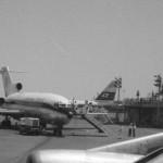全日空のボーイングB727 奥はJALコンベアー880。1965年(昭和40年)頃。(森)