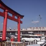 旧ターミナルビルと鳥居 1988年(昭和63年)。(小)