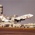 ミッキーマウス塗装の日本航空のボーイングB747 (石)