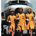 全日空のスチュワーデス 羽田空港㈱が作った絵はがきです。新鋭機ボーイングB727をバックにして、こげ茶の地に十字をあしらったデザイン、ミニスカートで颯爽と。1970年(昭和45年)に導入した制服です。