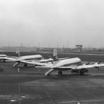 日本航空のダグラスDC-4 国内線エプロンにて。1958年(昭和33年)頃。(森)