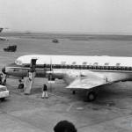 日本国内航空の新鋭国産旅客機YS-11 向こう側に全日空の新鋭機ボーイングB727が写っている。1966年(昭和41年)頃。(坂)