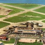 1960年(昭和35年)頃の東京国際空港(絵葉書)中央にパンアメリカン航空のボーイングB707が見えます。