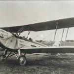1931年(昭和6年)5月29日、完成したばかり(開場前)の東京飛行場(現・羽田空港)から小さな複葉プロペラ機「青年日本号」がイタリア・ローマを目指して飛び立った。操縦するのは法政大学航空部の学生・栗村盛孝と同乗教官・熊川良太郎であった。同機はシベリア・ウラル経由で3度の不時着を経験しながらドイツ、イギリス、フランスを経由してローマには8月31日に到着。大歓迎を受けた。なお、同機は出発前日に、立川飛行場から飛んできて、東京飛行場に最初の着陸した飛行機となった。(写真:法政大学史委員会提供)