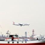 A滑走路に着陸する日本航空のボーイング777