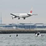 A滑走路に着陸する日本航空のボーイング767
