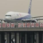 D滑走路から離陸する全日本空輸のボーイング777